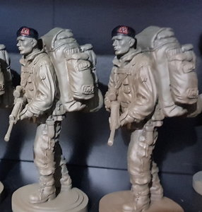 Beeldje Mariniers Baret in kleur zwart anker