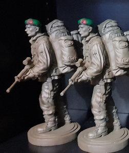 Beeldje Marinier/Commando  Baret in kleur